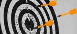 Imagem com um alvo sendo acertado por dado, relacionado às métricas de sucesso para produtos